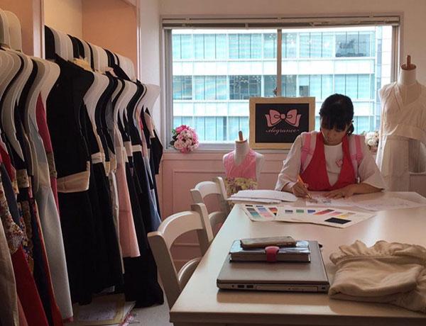 日本人の体形をより美しく魅せることに特化した特別なコスチュームエプロン、それが elework 。